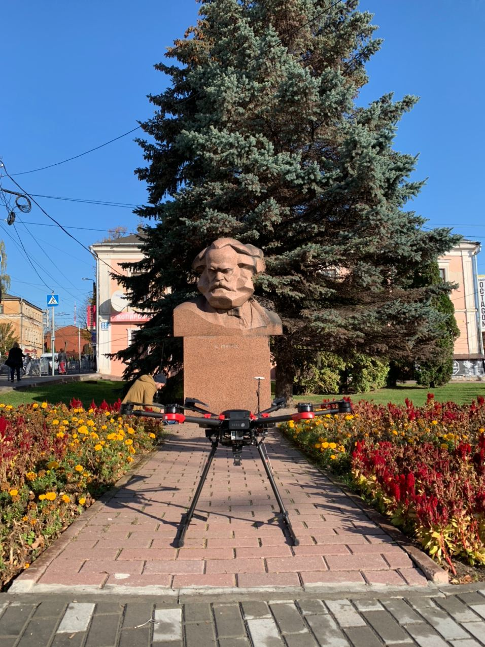 Дрон-и-памятник-Марксу